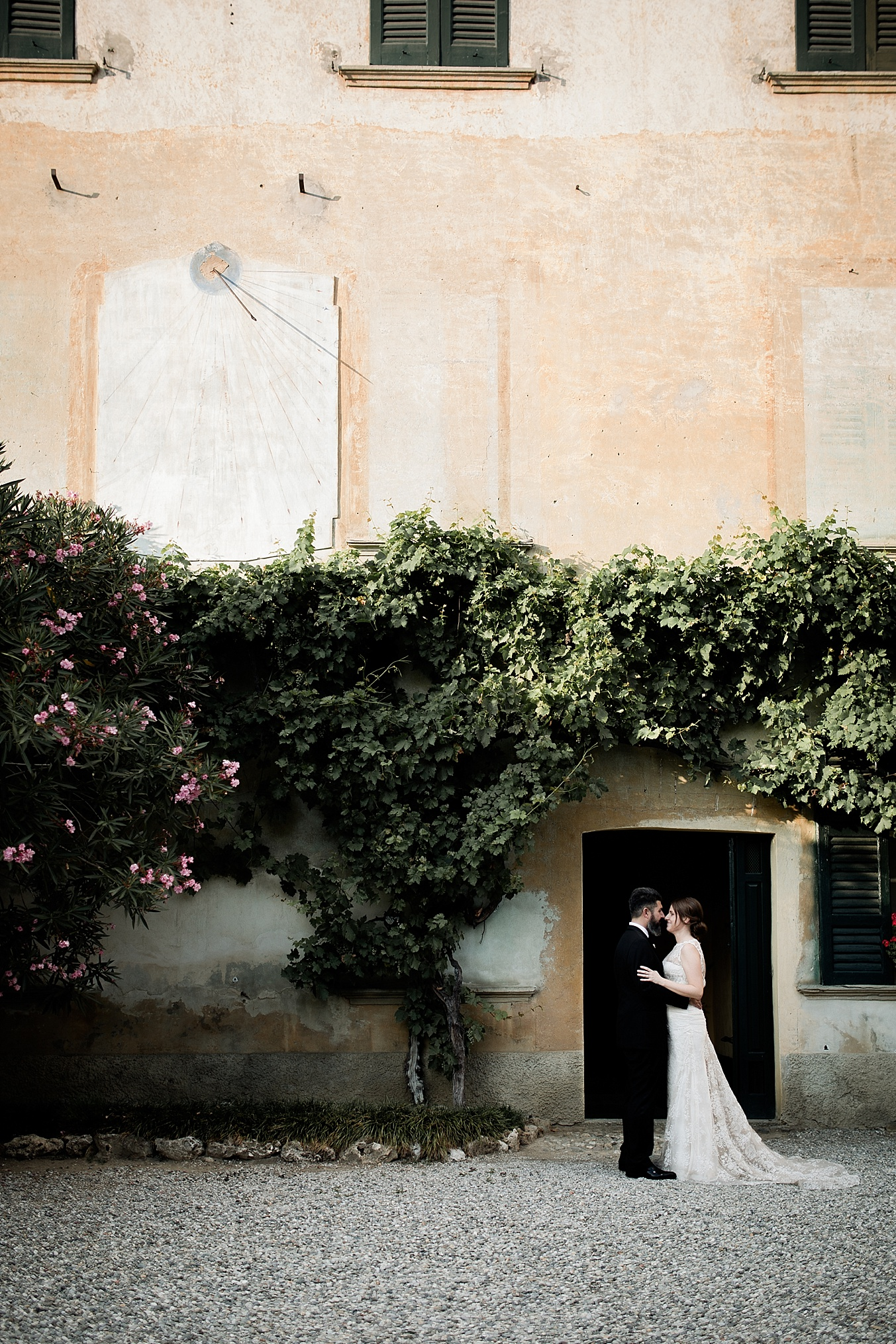 chic elegant wedding Italy couple portraits
