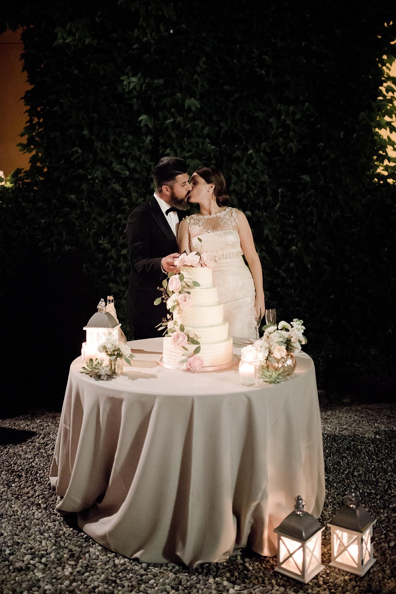 chic elegant wedding Italy cake cutting